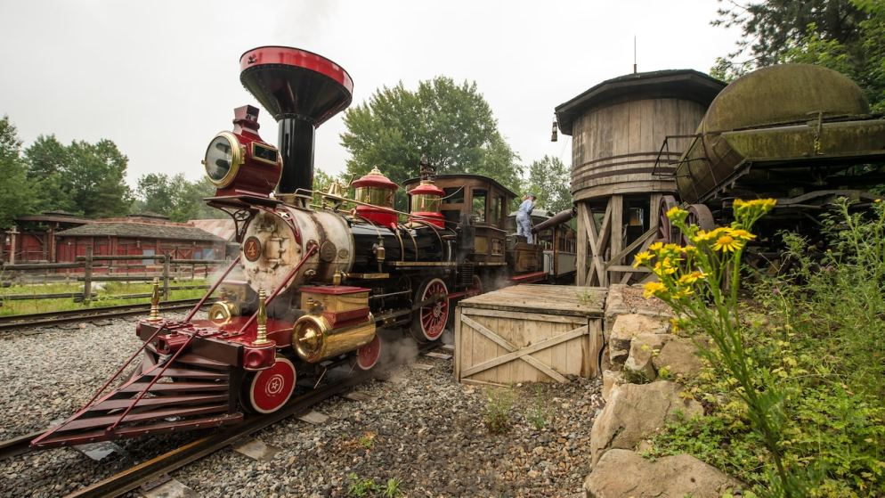 n017636_2050jan01-disneyland-railroad-frontierland-station_16-9