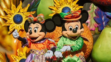 n020370_2021oct17_world_halloween-mickey-minnie_16-9