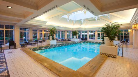 n015548_2020oct01_disneyland-hotel-swimming-pool_16-9